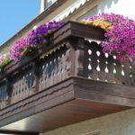 balkon z kwiatami