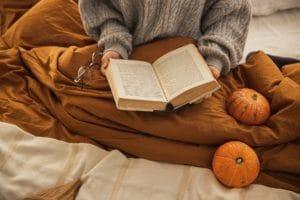 kobieta trzymająca książkę w dłoniach