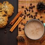 cynamon, kawa i ciastko