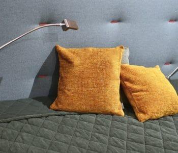 poduszki na łóżku