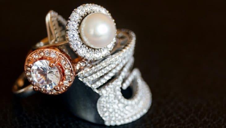 pierścionek z diamentem i perłą
